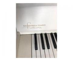 weißes klassisches Klavier
